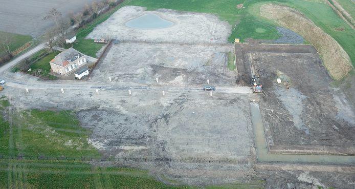 De percelen zijn uitgezet. De laan met landhuizen naar de grootste hofstede heeft duidelijk vorm gekregen is te zien op deze recente luchtfoto.