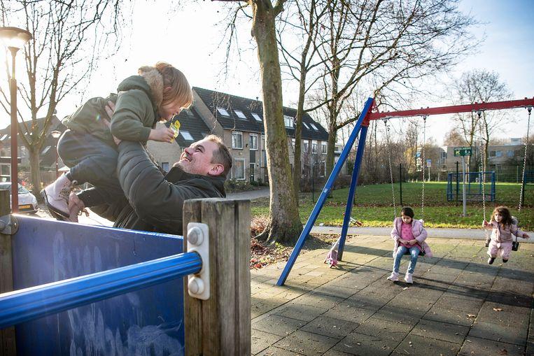 Marco Ippel speelt met een van zijn kinderen in de speeltuin Mokerschans in Nieuwegein. Beeld Guus Dubbelman / de Volkskrant