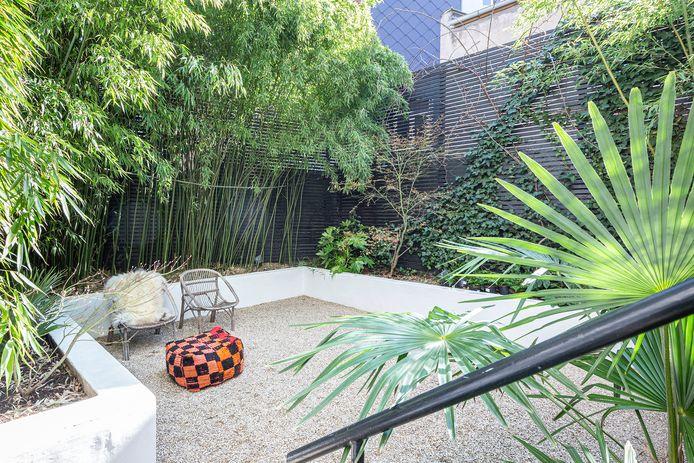 Tussen de metershoge bamboe en de palmen in Trissia's tuin waan je je in een exotisch land.