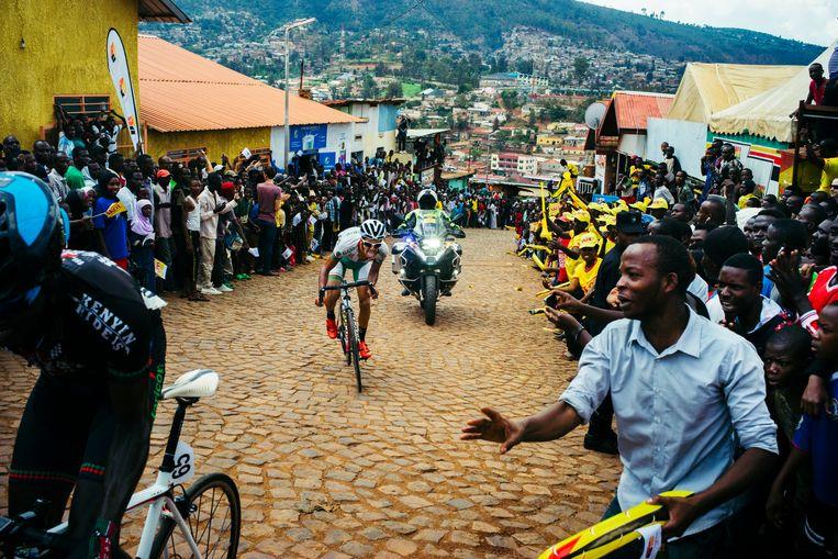 Een renner van de nationale ploeg van Algerije beklimt de Muur van Kigali tijdens de Ronde van Rwanda, november 2017. Beeld Getty Images