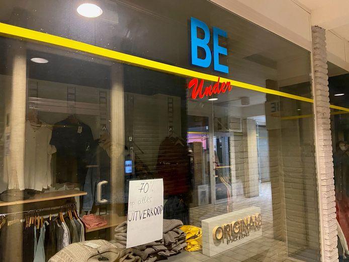 Ook kledingwinkel 'Be Under' in het galerijtje aan het begin van de Paalstraat vlak bij de Markt houdt uitverkoop
