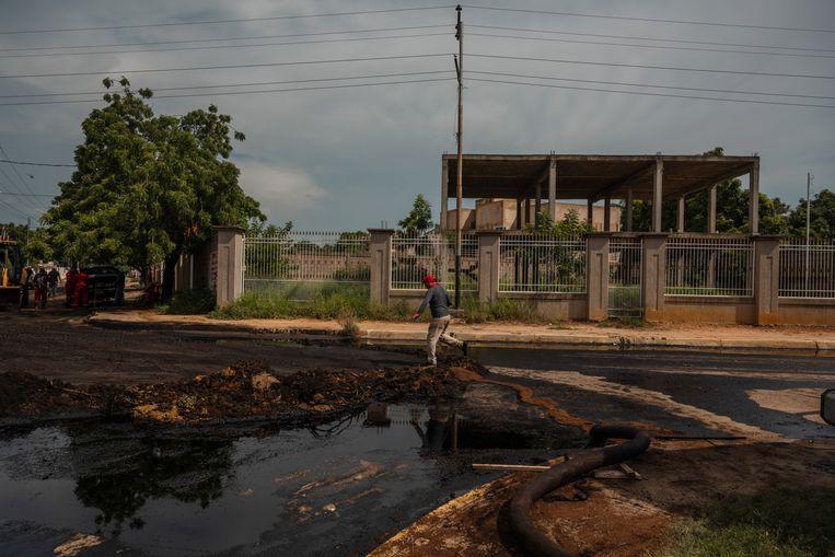 Cabimas was ooit een echte oliestad maar ligt er nu verloederd bij. Overal in Venezuela komen olieresten bovendrijven door slecht onderhouden infrastructuur.  Beeld NYT