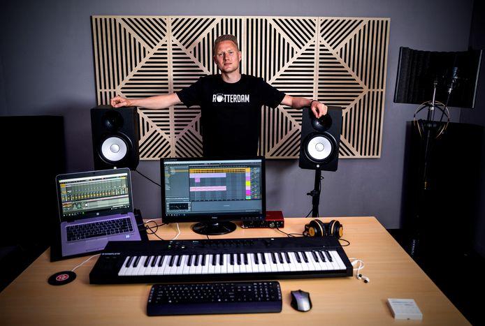 Producer Jeroen Koster gaat jongeren in de gloednieuwe studio van Heilige Boontjes helpen.
