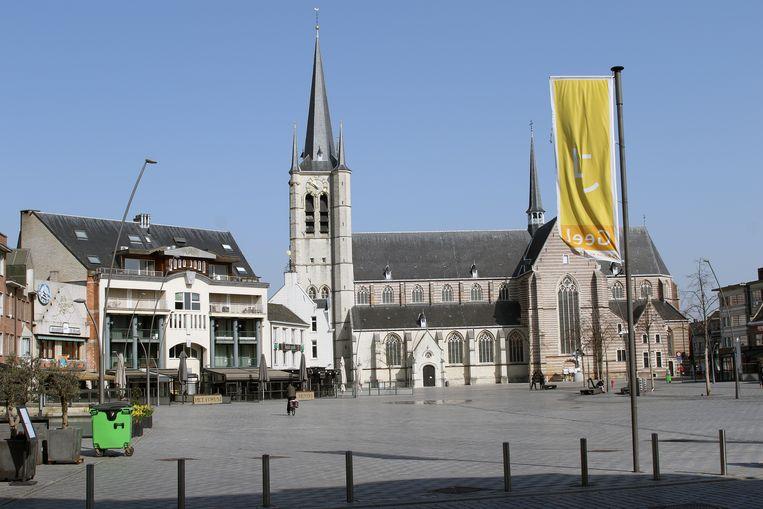 Illustratiebeeld van een lege Markt van Geel.