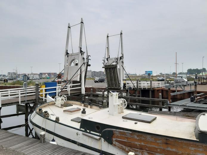 De ophaalbrug over de Vissershaven in Harderwijk al een week open staan voor reparatie.