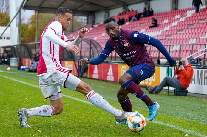 Elton Kabangu (r) bezorgde de beloften van Willem II een 3-0 overwinning. Hij nam alle treffers voor zijn rekening.