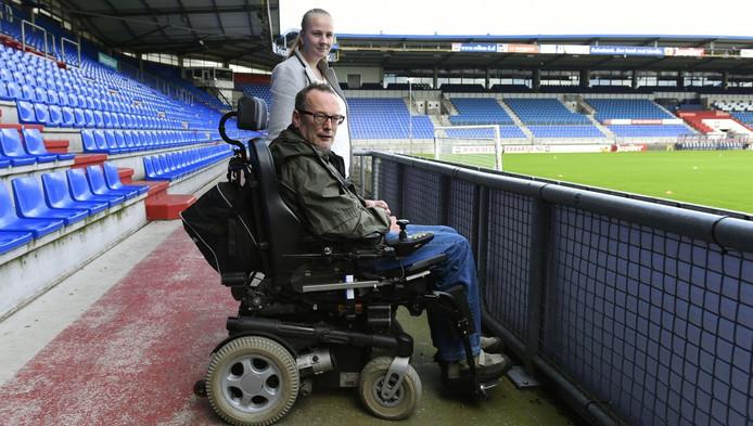 René de Leuw met zijn dochter Ellen op de rolstoeltribune, waar regen vrij spel heeft.