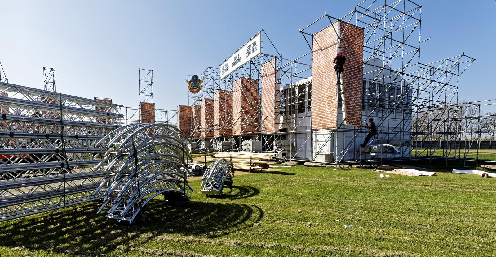Werklieden zijn bezig met de opbouw van Paaspop in Schijndel.