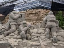 Hitler in Zandsculpturenfestijn Garderen kijkt boos en streng, alsof hij al weet dat hij gaat verliezen