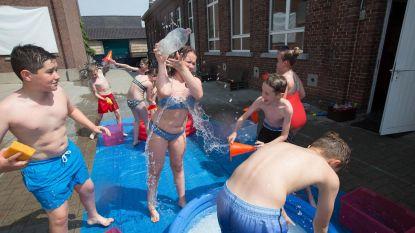 Kleuters overwinnen hitte in waterpretpark op school