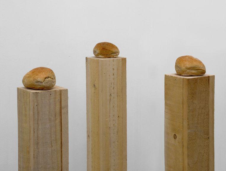 Pistolets met boter op een paaltje van Darren Bader:'Buttered Rolls'. Beeld rv
