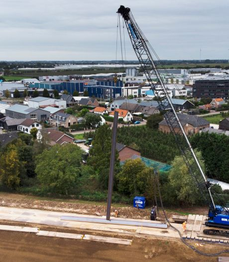 Eerste damwanden gaan Waaldijk in: nu écht een begin gemaakt met de dijkversterking