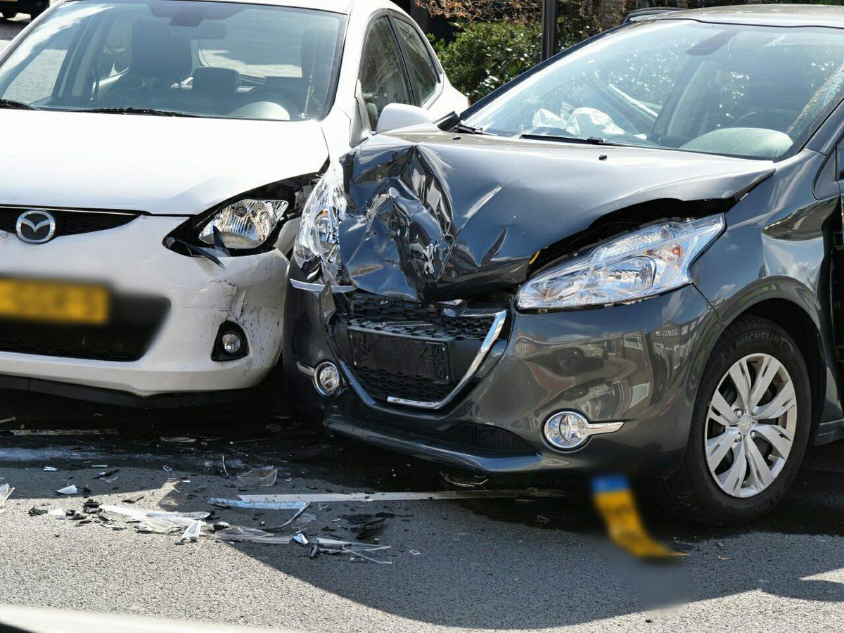 De twee auto's hebben flinke schade door het ongeval.