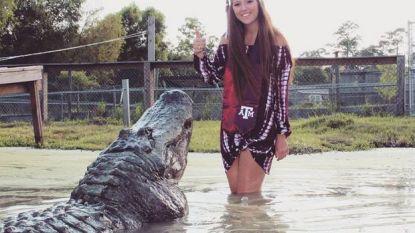 """Makenzie poseert met alligator voor haar afstuderen: """"Hij is mijn grootste vriend"""""""