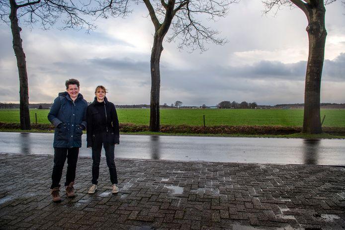 Marjolein de Graaff en Anja van Zon voor de woning van de laatste aan de Hultenseweg. Bedrijventerrein Wijkevoort komt daar dichtbij. Dat is hen een gruwel.