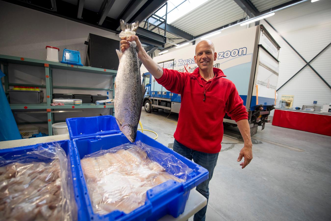 """Vishandelaar Jaco Zwaan in zijn koelpakhuis op bedrijventerrein 't Lochter in Nijverdal voordat hij gewond raakte bij een zwaar ongeval. """"Ik ben absoluut niet snel bang, maar ben enorm geschrokken van dit ongeluk.'"""