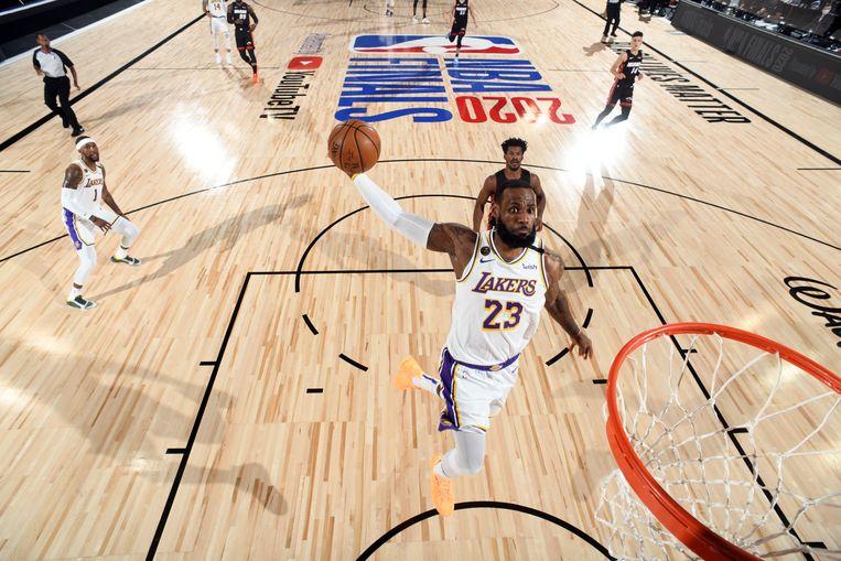 LeBron James dunkt de bal in de basket in een wedstrijd tegen Miami Heat. Beeld NBAE via Getty Images