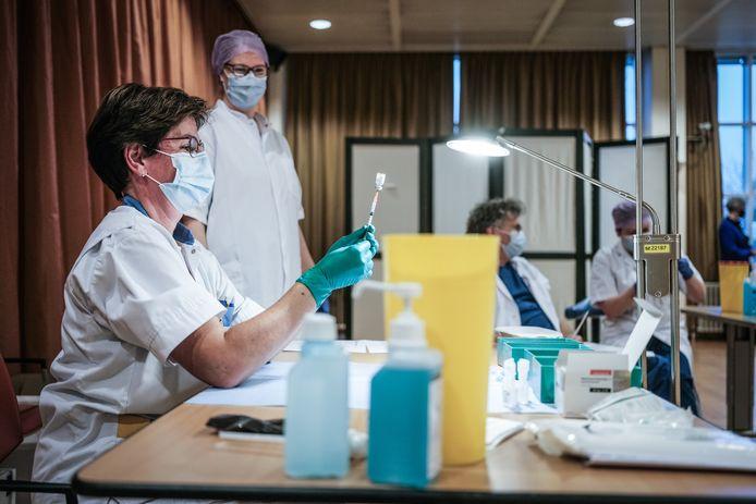 Medewerkers van het Slingeland Ziekenhuis in Doetinchem maken vaccinaties klaar tegen corona.