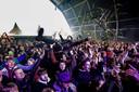 Een crowdsurfende bezoeker tijdens een optreden van de Nederlandse rockband De Staat op popfestival Back To Live.