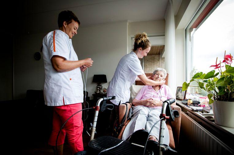75-plussers krijgen een zorgverlener toegewezen die elke twee weken langskomt en het hele dagelijks leven doorneemt.  Beeld ANP