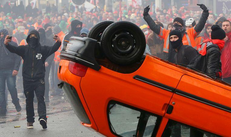 De politie in Brussel moest ingrijpen toen het protest tegen nieuwe bezuinigingsplannen uit de hand liep. Beeld reuters