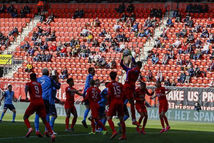 Een vol strafschopgebied en weer plukjes mensen op de tribune bij FC Twente-FC Utrecht.