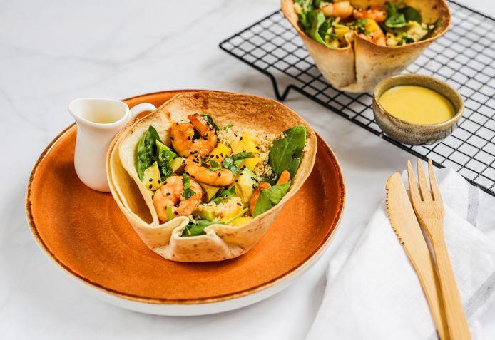 Couscoussalade met garnalen in een tortilla bowl.