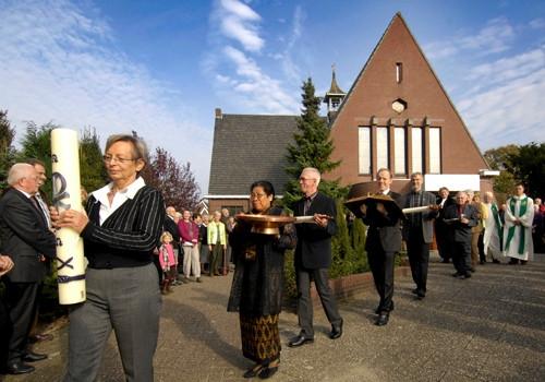 Na de laatste dienst in de Hemstea ging de deur voorgoed op slot en werden liturgische voorwerpen weggedragen, waaronder de doopschaal en de paaskaars. Foto: Frans Nikkels
