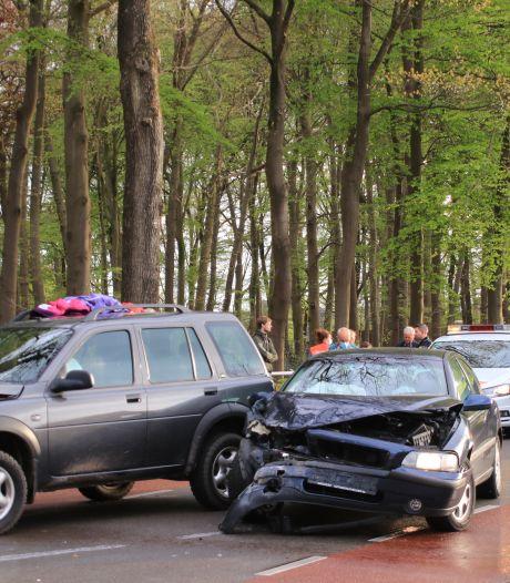 Twee gewonden naar het ziekenhuis door auto-ongeluk op provinciale weg in Kootwijkerbroek