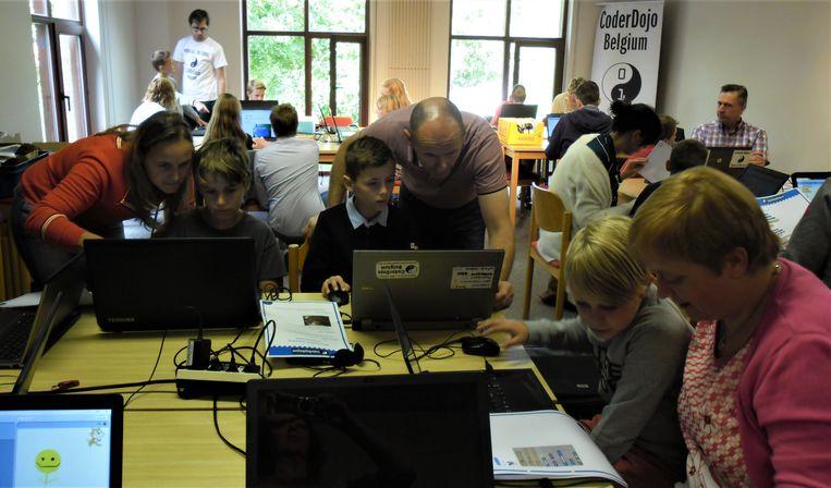 De CoderDojo-sessies vinden plaats in de bibliotheek van Zulte.