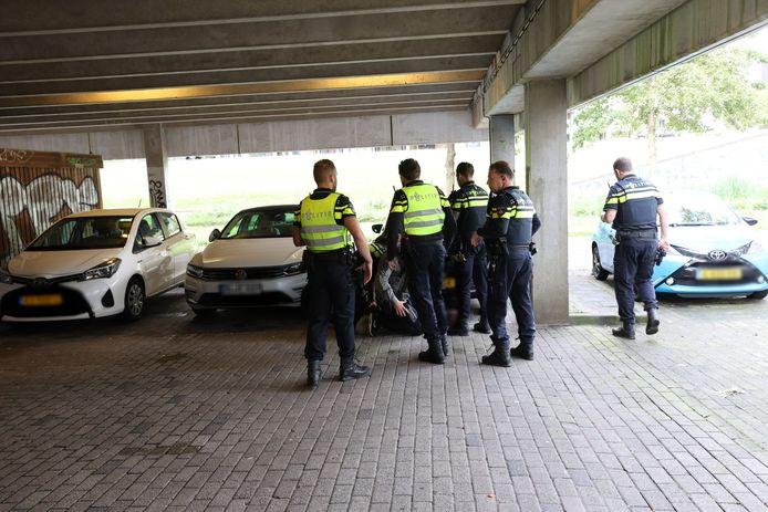 Een mogelijke verdachte van een steekpartij in Eindhoven wordt door leden van het Rapid Response Team aangehouden.