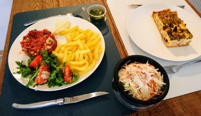 Italiaanse tartaar met frietjes en quiche met gerookte zalm en asperges van De Arme Duivel.