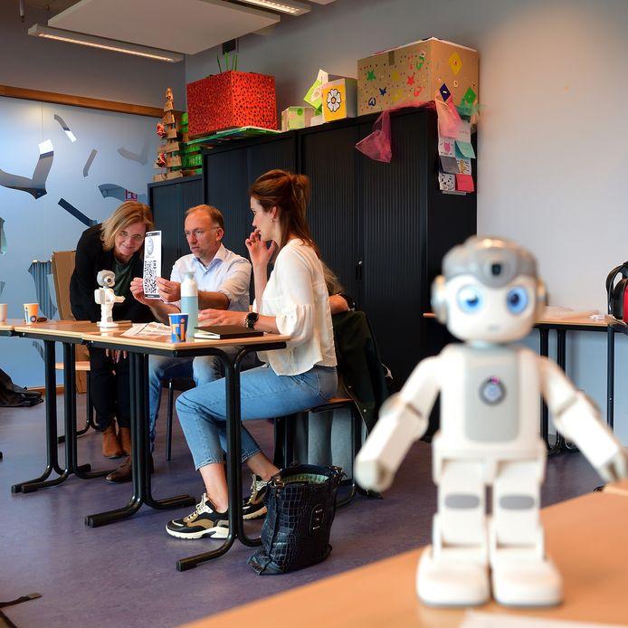 Techniek is belangrijk voor innovaties in de zorg. Bijvoorbeeld: een zorgrobot die vragen van patiënten kan beantwoorden.