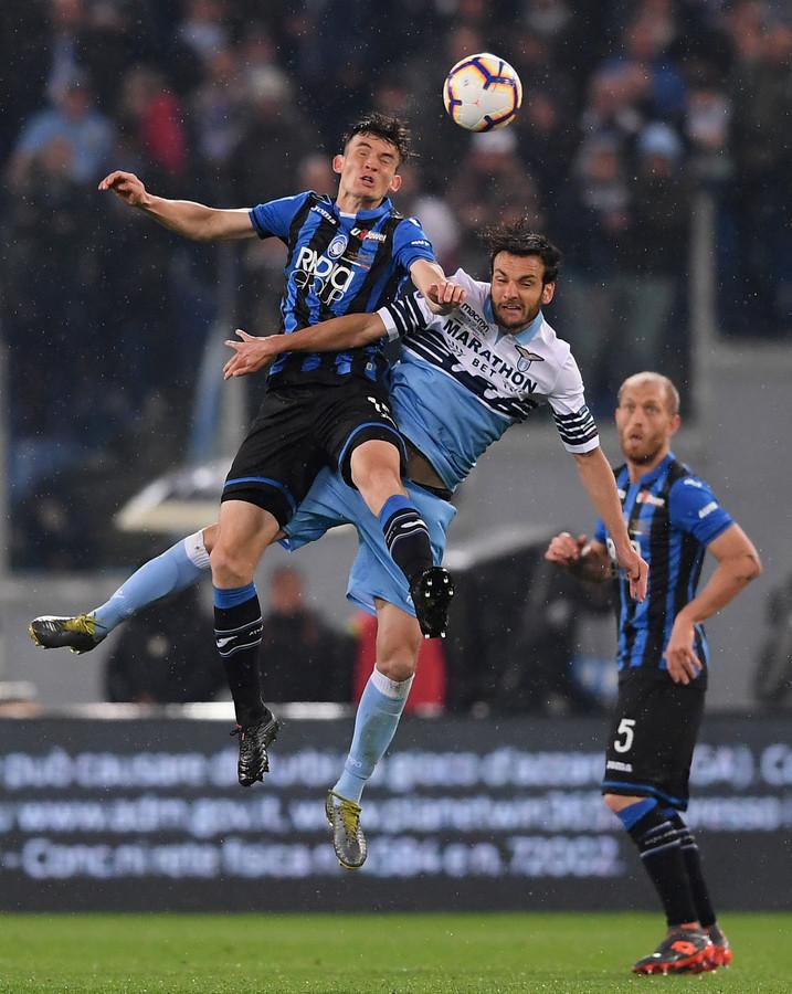 Marten de Roon in duel met Lazio-middenvelder Marco Parolo.