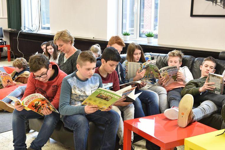 Leerlingen tijdens het leesmoment.