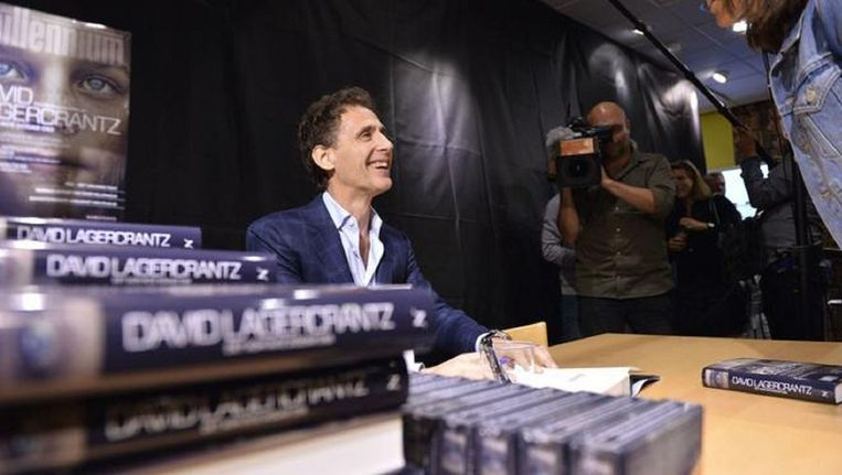 David Lagercrantz signeert vandaag boeken in Stockholm. Beeld AFP