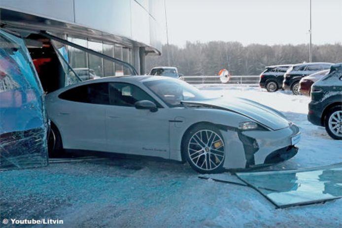 De zwaarbeschadigde Porsche