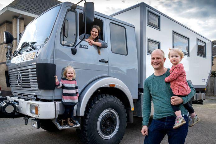 De familie Essers gaat op reis in een tot camper omgebouwde brandweerwagen. Links dochter Nienke,  moeder Eefke, vader  Pascal met dochter Karlijn.