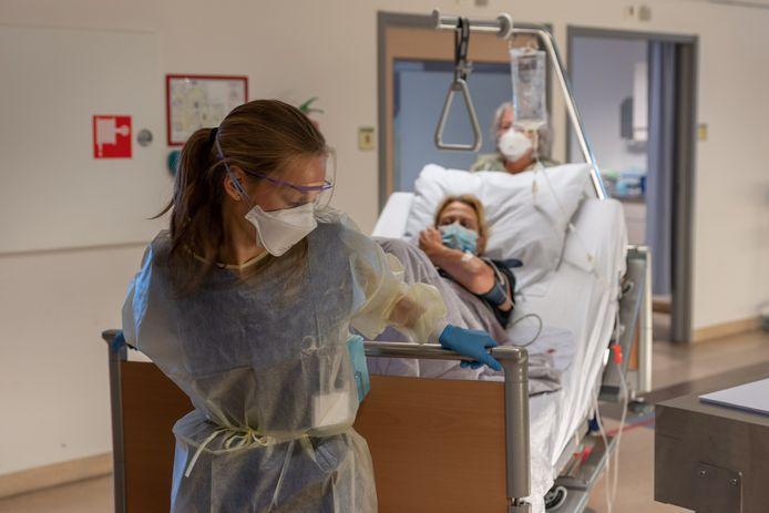 De enorme toestroom van coronapatiënten noopt ziekenhuis St Jansdal tot het uitstellen van alle operaties.