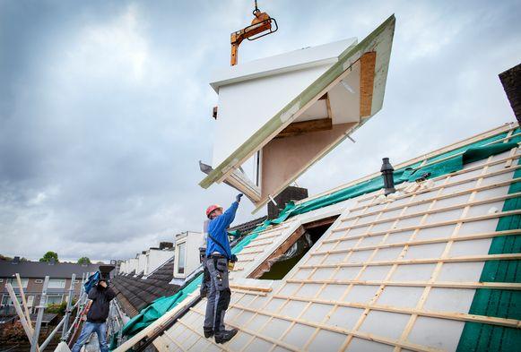 De plaatsing van een dakkapel. Foto ter illustratie.