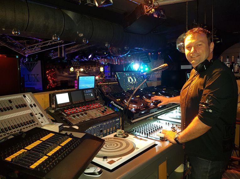 Patrick Wouters staat al 20 jaar achter de draaitafel in zijn discotheek.