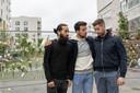 Van links naar rechts: loodgieters Ali en Said treuren samen met een collega om de slachtoffers.