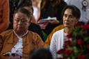 De vrijdag gearresteerde Win Htein (links) met de eerder deze week afgezette en gearresteerde regeringsleider van Myanmar Aung San Suu Kyi.