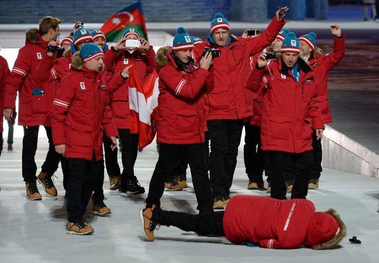 Een Oostenrijkse atleet viel tijdens de tocht door het stadion. Beeld afp