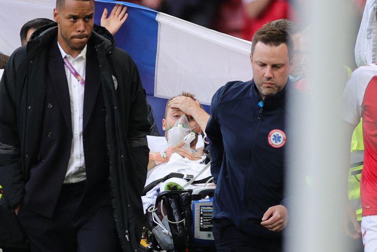 Christian Eriksen toen hij tijdens de EK-match tegen Finland bij bewustzijn kwam. Beeld AFP
