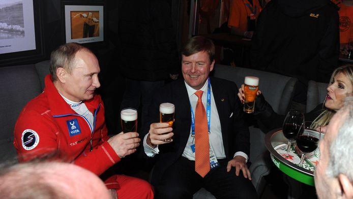De Russische president Poetin tijdens zijn veelbesproken toost met koning Willem-Alexander en koningin Máxima, zondagavond in het Holland Heineken House in Sotsji.