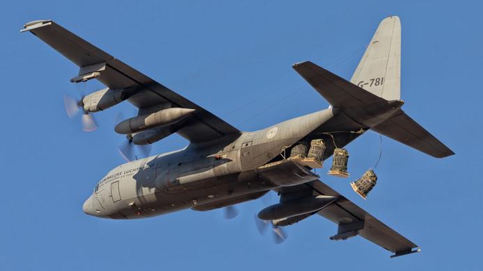 Oefening Desert Bull, 336 squadron Eindhoven. Cargodrop boven woestijn.