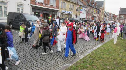 Schoolkinderen warmen carnaval op voor hun ouders