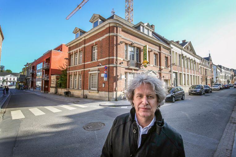 Schepen Wout Maddens voor het huidige pand van gewezen hotel Groeninge.