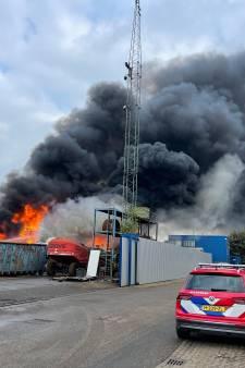 Helmondse eigenaar van schrootbedrijf AVI kijkt met tranen in zijn ogen naar nieuwe brand: 'Ik word er gek van'